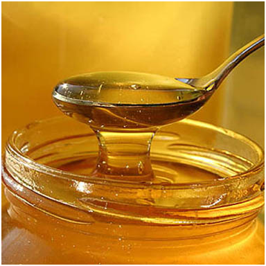 Cuchara sacando miel de un frasco