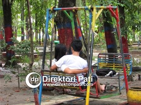 Pacaran jaman sekarang Dua Sejoli Kencan Buta di Taman Kota