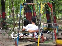 Dua Sejoli Ini Nekat Kencan Buta di Taman Kota