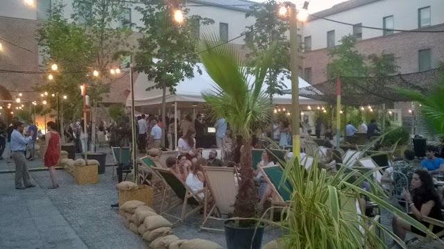 Zona de bebidas y hamacas_Terraza El Cuartel de Conde Duque