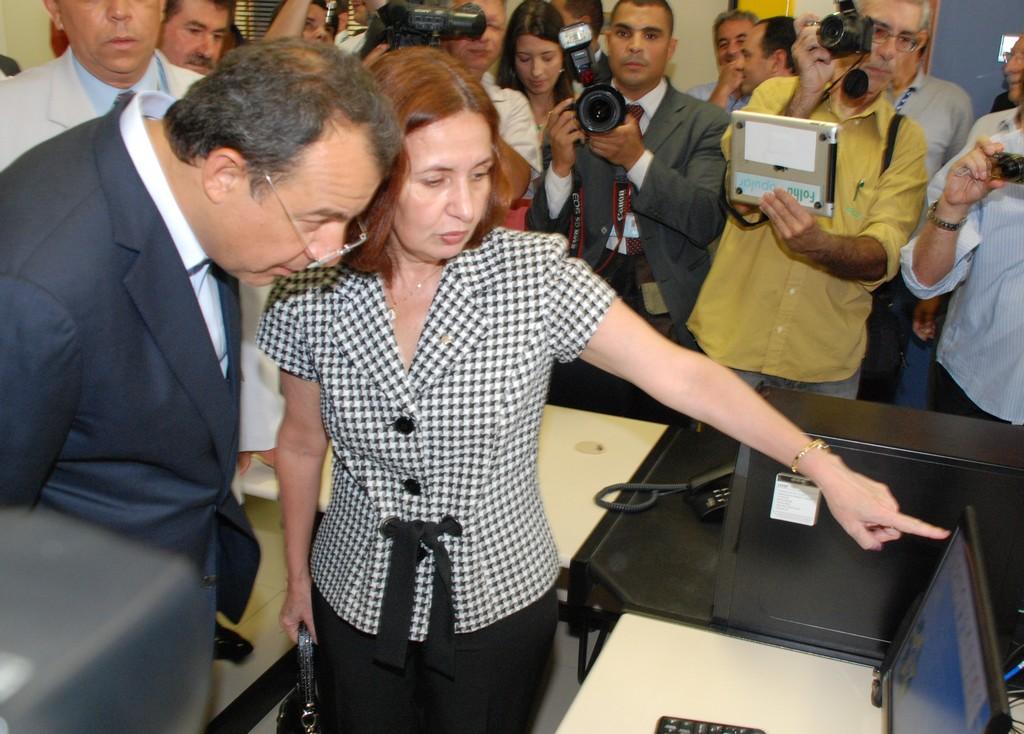 Chefe de Polícia Civil, Martha Rocha, mostra o sistema informatizado da Delegacia Legal ao Governador Sérgio Cabral