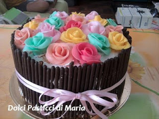 torta decorata con biscotti e rose