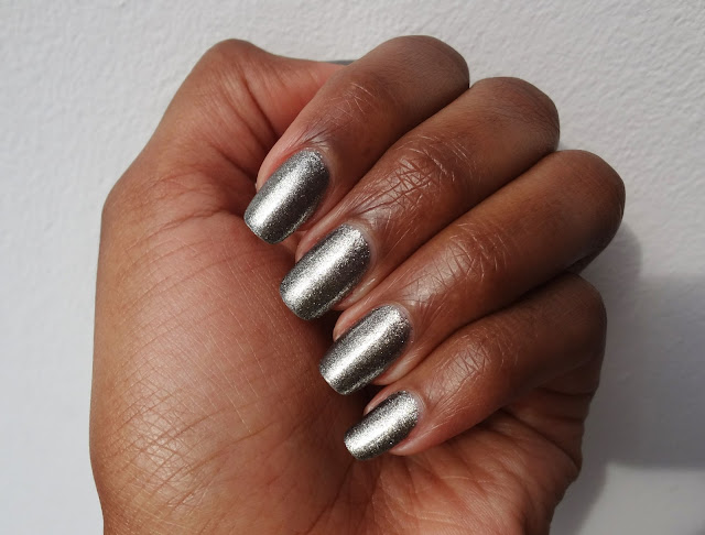Review and swatches nail polish grey shimmer Graphite by Chanel.