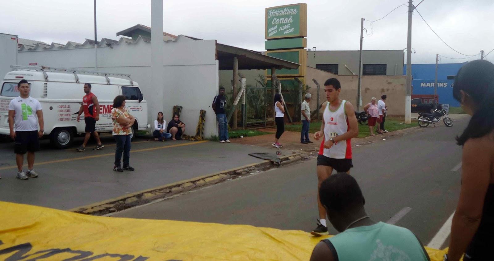 Foto 65 da 1ª Corrida Av. dos Coqueiros em Barretos-SP 14/04/2013 – Atletas cruzando a linha de chegada