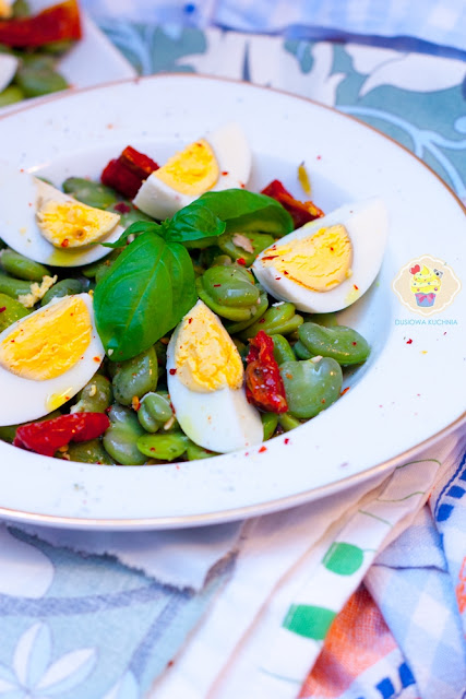 sałatka z bobu, sałatka z bobu i suszonych pomidorów, bób po włosku, przepisy na bób