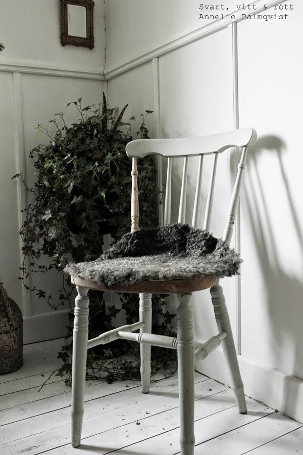 vitmålad stol, renoverade möbler, gård i sik, försäljning av gamla saker, secondhand, varberg, tips, vitt trägold, plank vitt, måla golv,