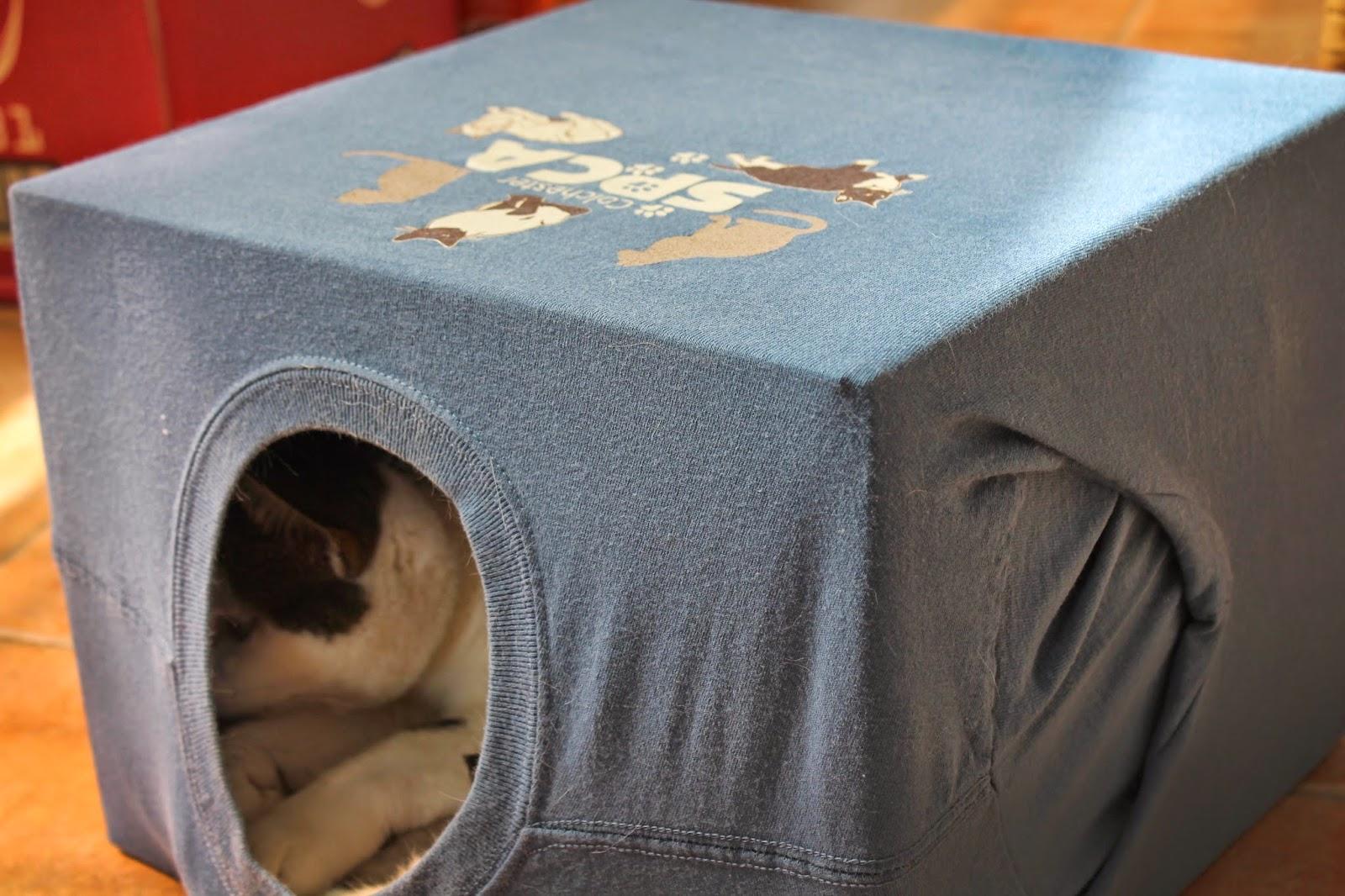 Как сделать домик для кошки из коробки своими руками из футболки