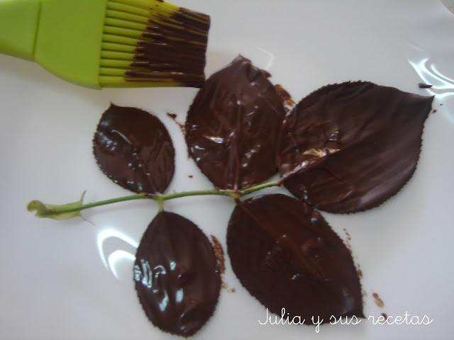 COMO HACER HOJAS DE CHOCOLATE PARA DECORAR