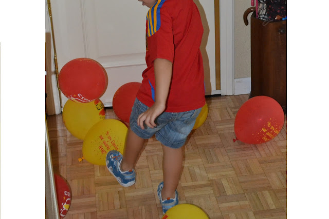 niño jugando al balón