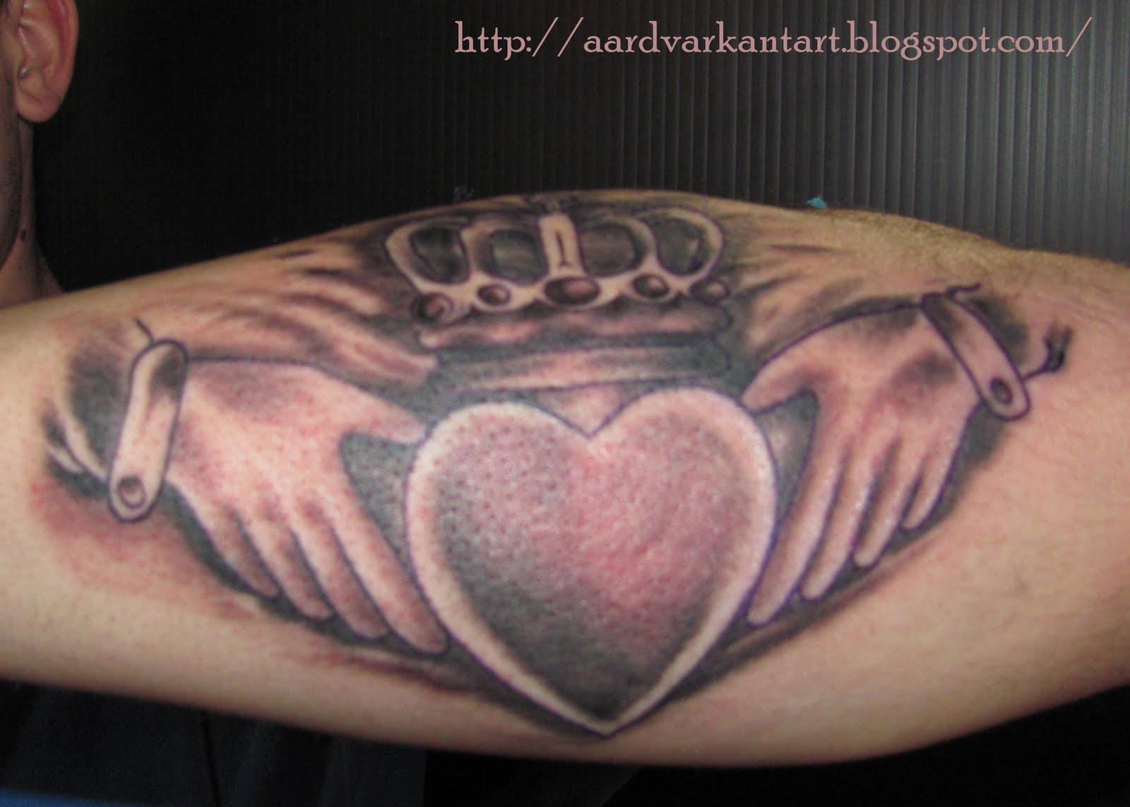 http://1.bp.blogspot.com/-b8uammPh8xo/TanC_cA0KmI/AAAAAAAAAK8/nszAzZaIN0c/s1600/claddagh+tattoo.jpg