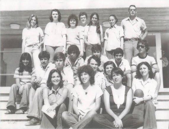 """תלמידי כיתה יב על מדרגות ביה""""ס בשנת 1977"""
