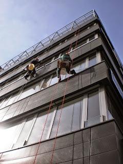 Využití horolezců při mytí prosklených ploch ve výškách