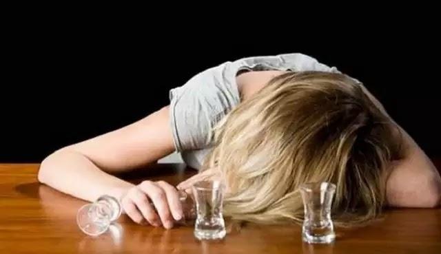 ΠΡΟΣΕΞΤΕ ΤΙ ΣΑΣ ΣΕΡΒΙΡΟΥΝ! 20χρονη ήπιε ποτό «μπόμπα» και τυφλώθηκε!