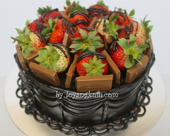 Strawberry&#39;s Heaven Choc Moist Cake