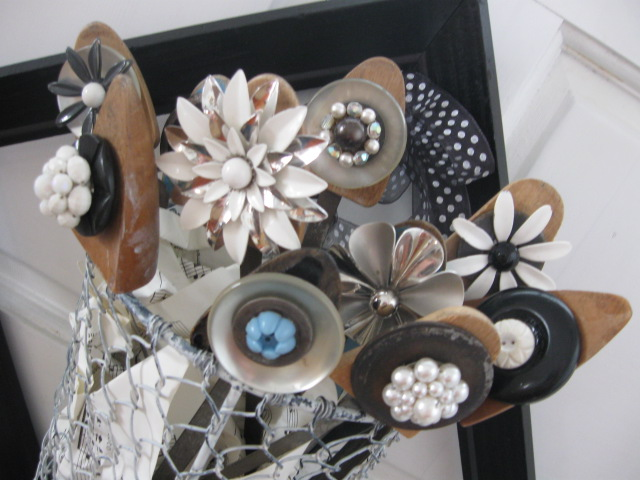 Chipping with Charm: Shoe form to Junky Flowers...http://www.chippingwithcharm.blogspot.com/