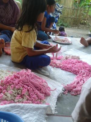 Anak Kecil yang Ikut Bekerja Membuat Lanting