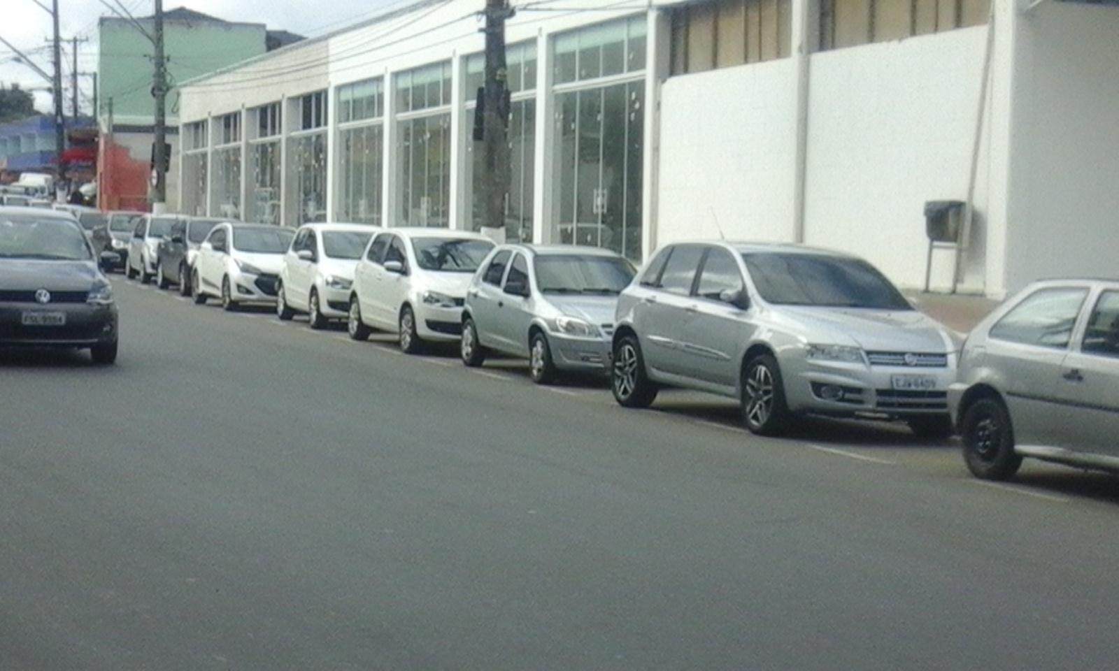 """""""Transito em Cajati"""" Avenida Fernando Costa vira estacionamento de funcionários da fabrica local"""
