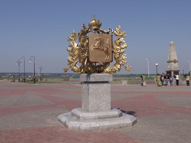 Томск - герб города на набережной Томи