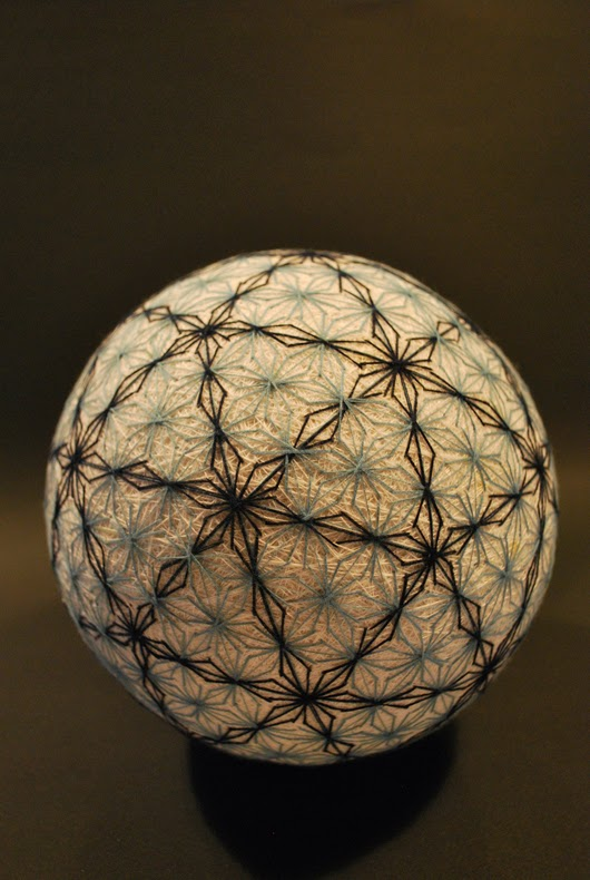 Una abuela de 92 años crea una espectacular colección de bolas bordadas temari