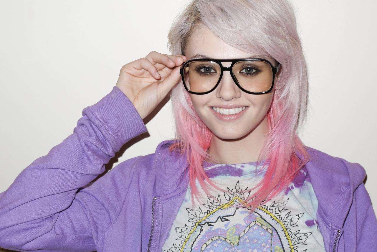 http://1.bp.blogspot.com/-bBAczfKdPSU/URn2uAnDA9I/AAAAAAAAFZg/uH8i-J_chVA/s1600/charlotte-free-pink-dip-dye-2.jpg