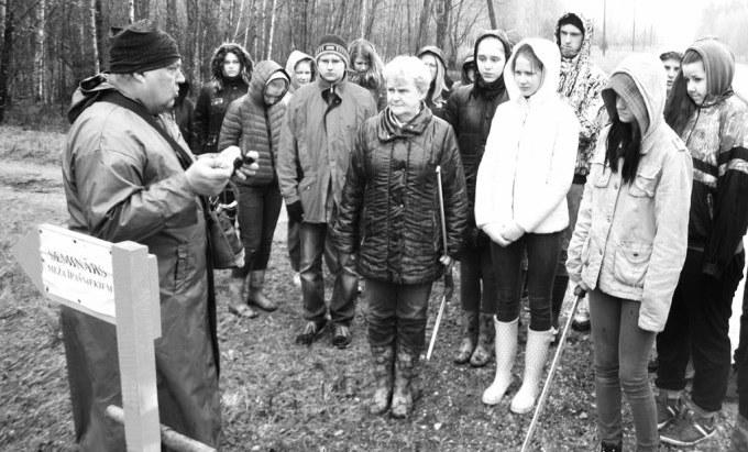 A. Kauliņš, MKPC Rīgas reģ. nod. vadītājs, valliešiem stāsta par mežā izmantojamajiem instrumentiem