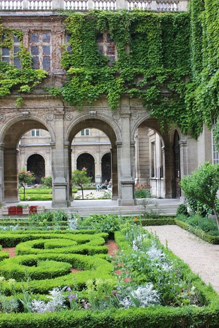 A library of design the secret gardens of paris for Secret design paris