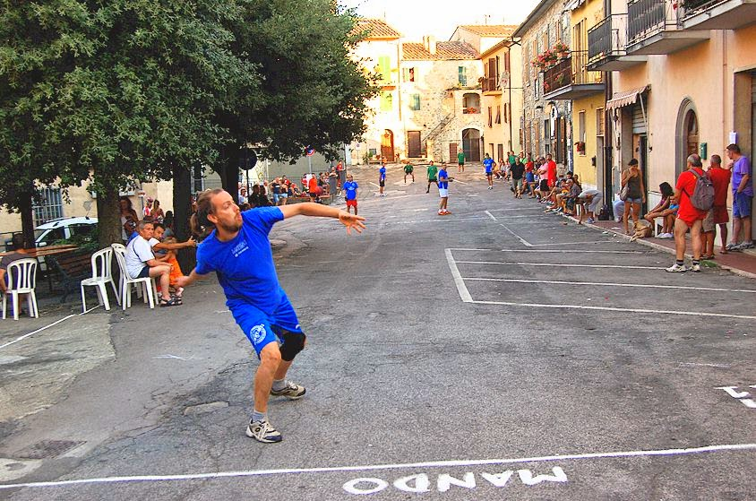 Palla 21 being played in Torniella (Casa Reasco in the background)