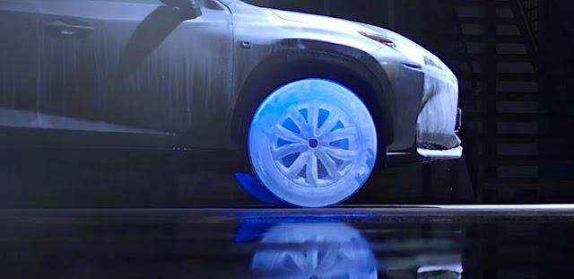 レクサス、氷のタイヤとホイールを装着した「NX」を走らせる!