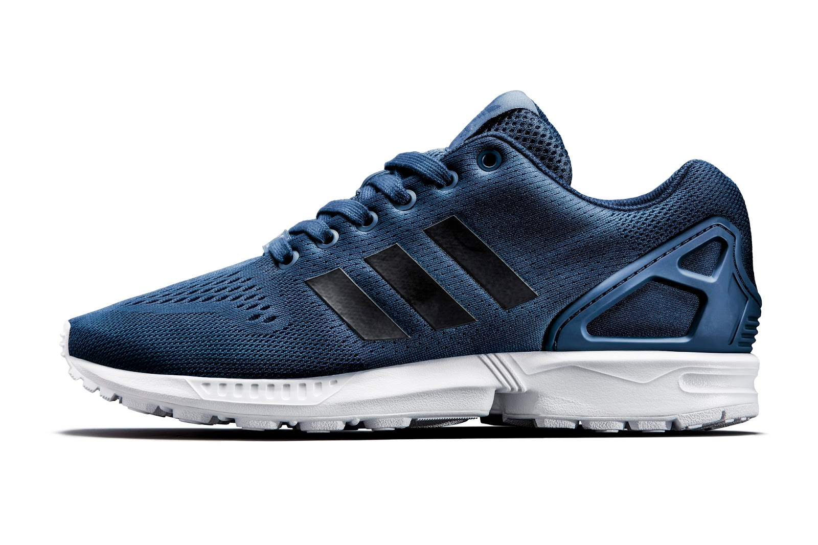 The legendary 3-Stripes logo on side and the coarse mesh pattern make this  exclusive adidas ZX Flux special.