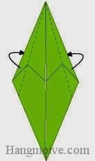 Bước 7: Gấp chéo hai cạnh giấy về phía mặt sau.