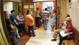 Numerosos demandantes de justicia gratuita acudieron ayer al Colegio de Abogados. // R. Grobas