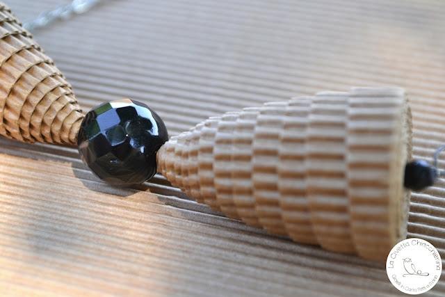 collana in cartone ondulato realizzata a mano: papillon
