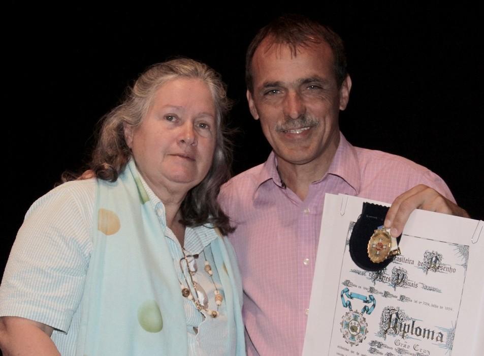 Secretário de Cultura, Wanderley Peres, e a escritora Verônica Roth, durante a homenagem