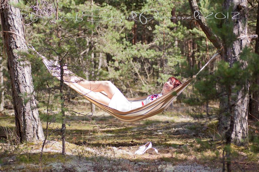 naine-vorkkiiges-pulmafoto-laulasmaa-metsas