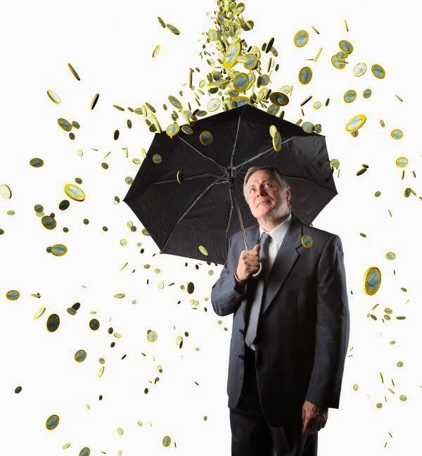 homem com guardachuva sob chuva de dinheiro
