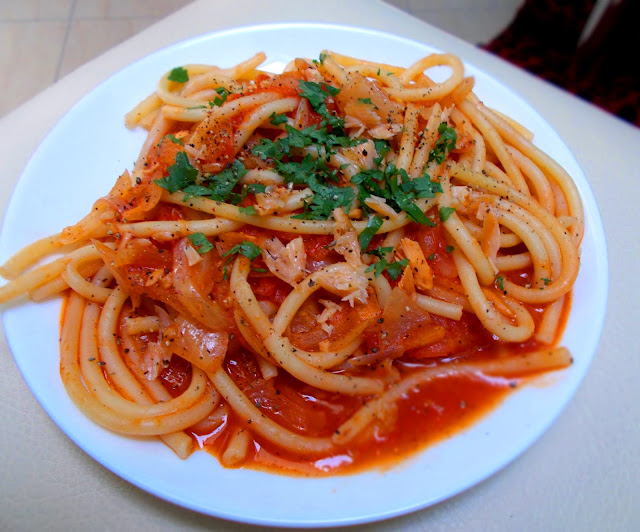 Makaron bucatini z łososiem i pomidorami