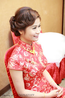 傳統中國風旗袍,加上復古瀏海線條低盤髮,實在是 美~極~了~!!