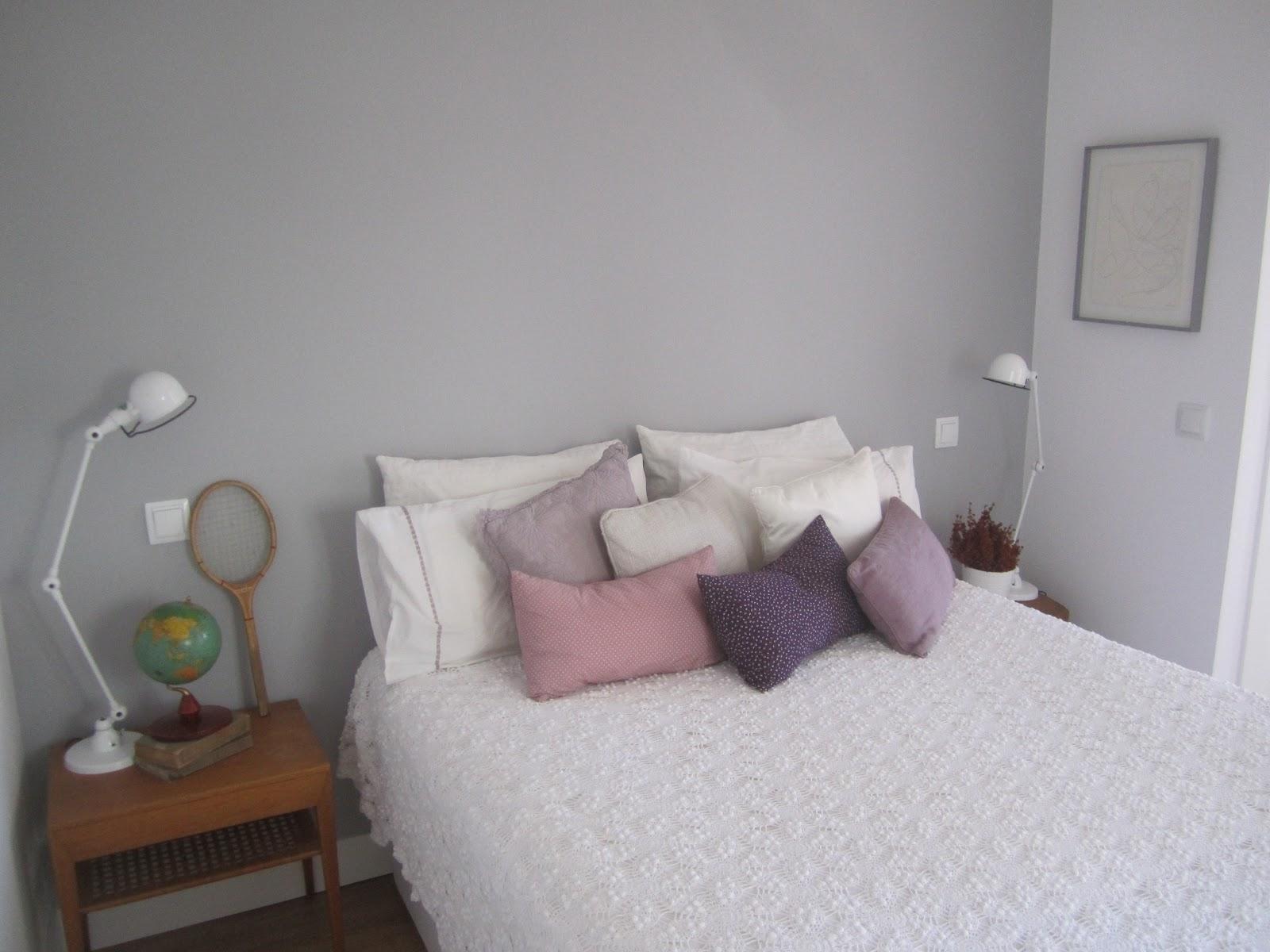 Una habitaci n c lida y moderna con muebles a os 50 deco - Cojines cama zara home ...