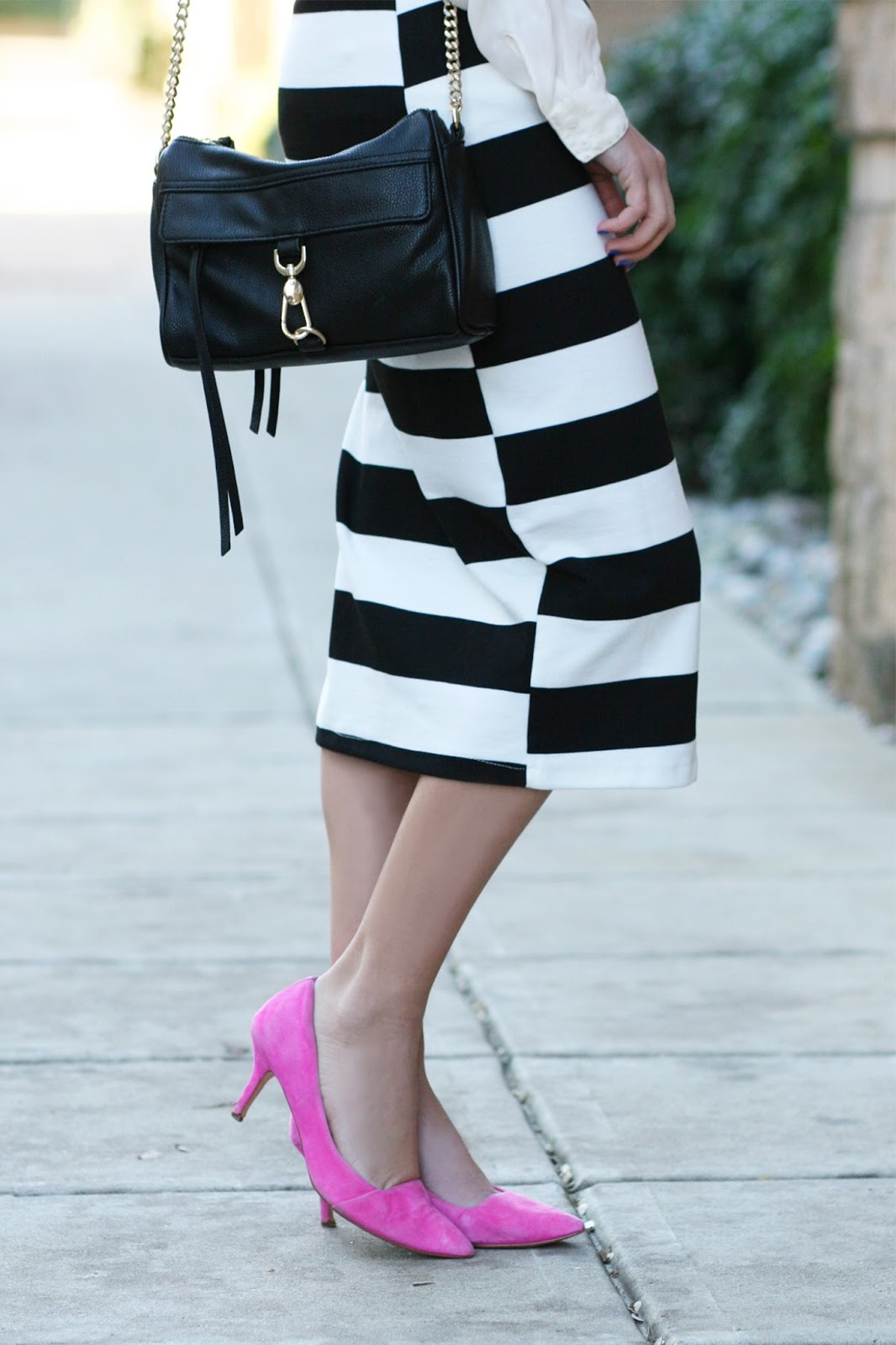 Black-and-white-midi-dress-street-style-with-cross-body-shoulder-bag
