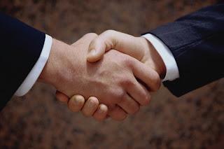 للرجال فقط :15 نصيحه تجعلك دائما فى المقدمة handshake.jpg