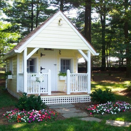 Beautiful small houses with lots of green trees plants for Garden designs with summer houses