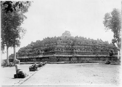 Candi Borobudur pertama kali ditemukan1