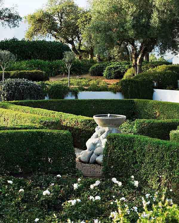 pequeño jardín Francés con pila central