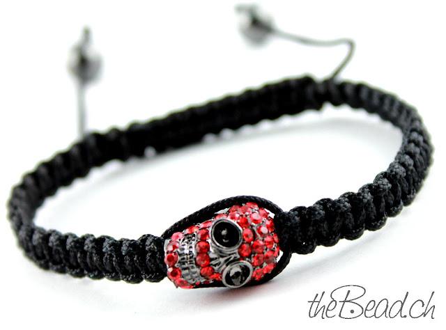 Makramee Totenkopf Skull Armband mit roten Strasssteinen