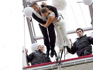 Pernikahan unik terjun bugee jumping