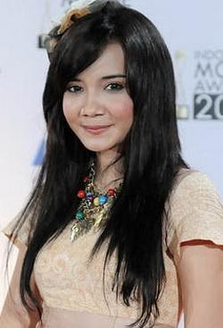 Zaskia Sungkar | Gratis Dengerin Musik Indonesia Online