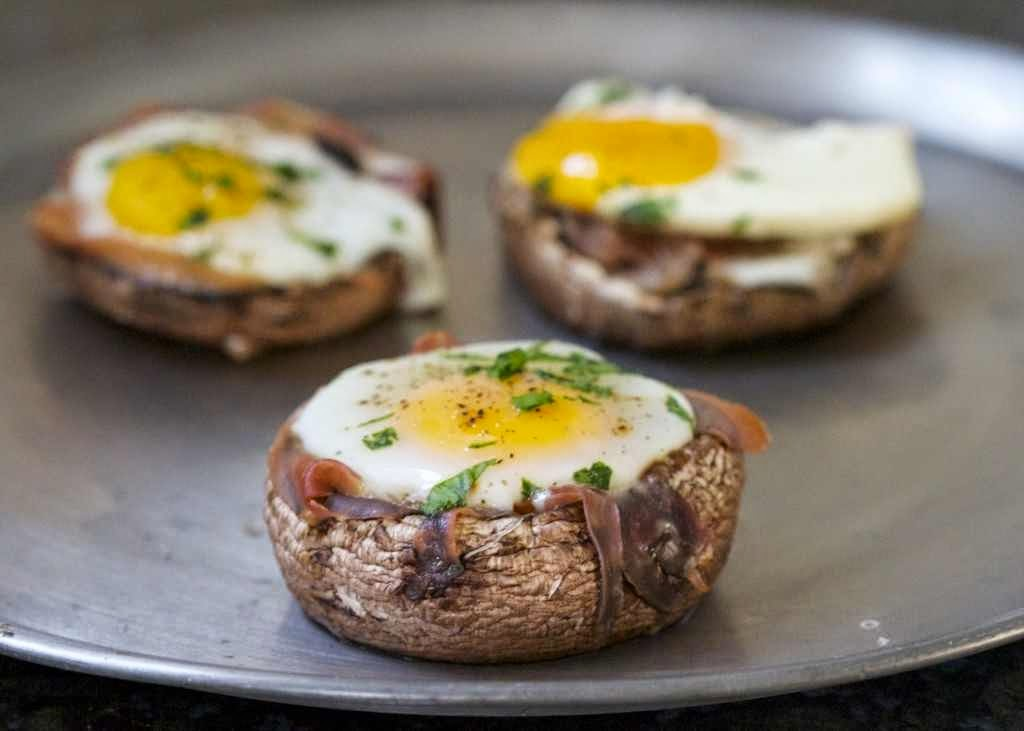 Baked Eggs in Prosciutto-Filled Portobello Mushroom Caps #Paleo #Recipe