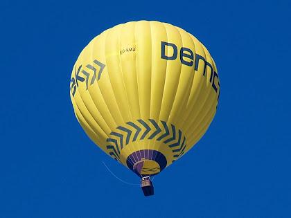 Globus aerostàtic apropant-se al Mas de les Coves