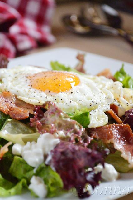 Πρασινάδα με μπέικον, τυρί και αυγό / Mixed greens with bacon, cottage cheese and fried egg
