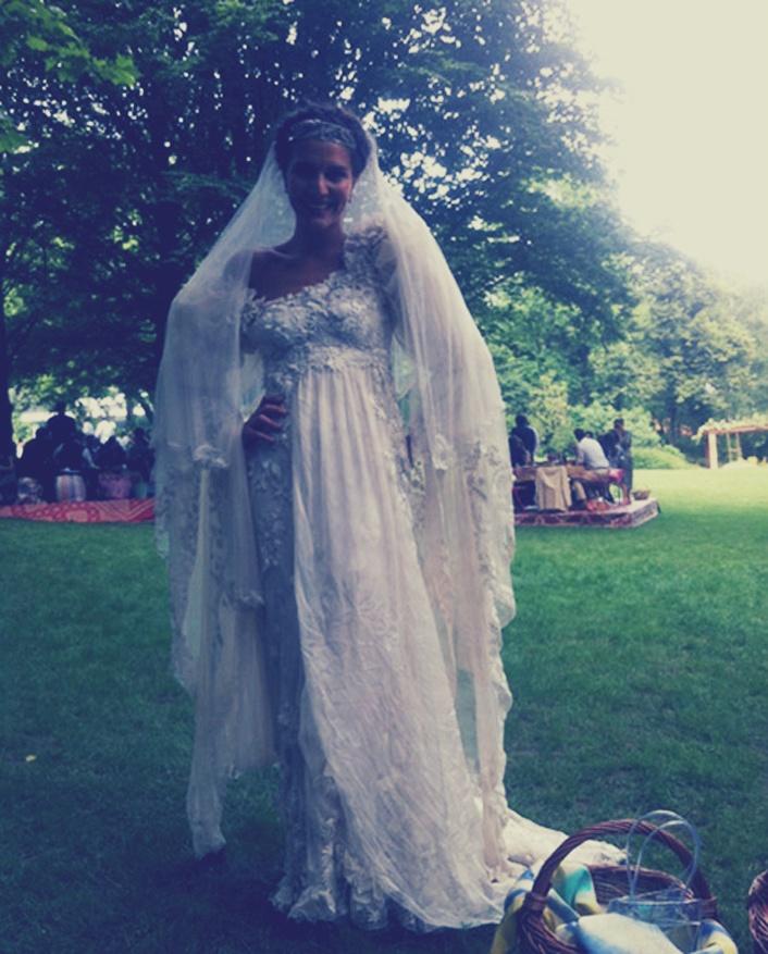 Todas las fotos de la romántica boda de Margherita Missoni y Eugenie Amos. La novia diseñó su propio vestido y éste fue confeccionado con sedas de Missoni y organza.